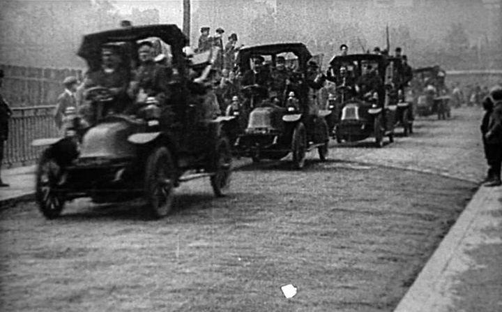 Фото дня: таксисты спасают париж