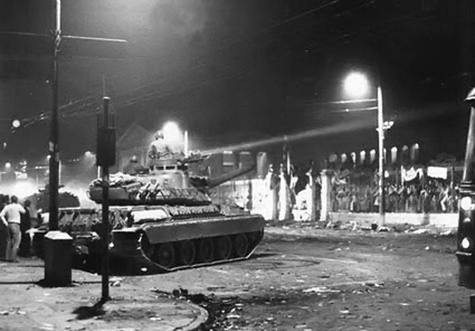 Фото дня: танки против студентов