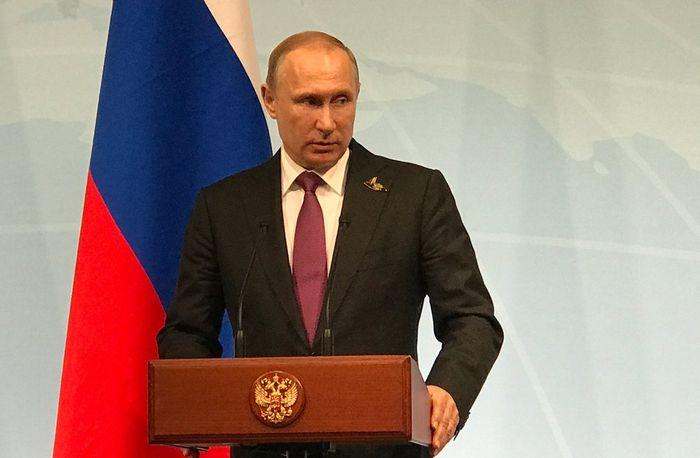 Путин остался один на один со своим безумием?